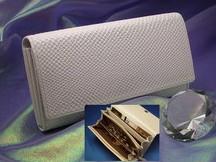 財布屋 白蛇多機能長財布は収納力抜群の開運財布
